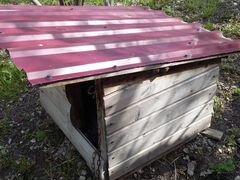 Утепленная будка для собаки с металлической крышей